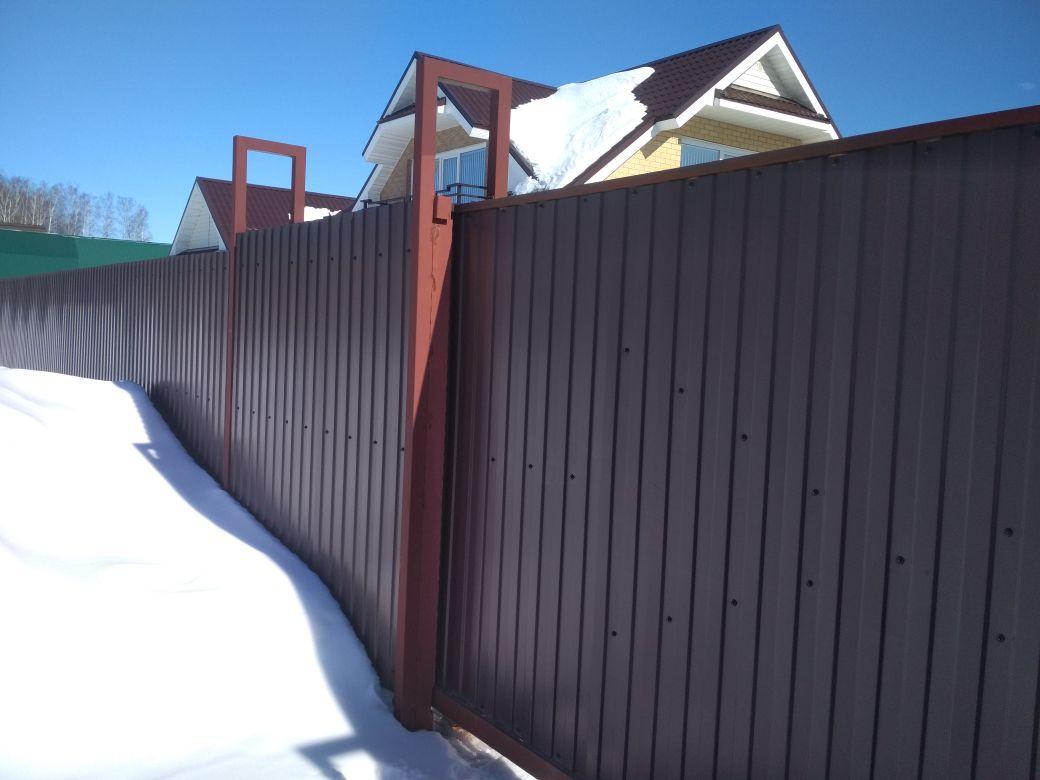 забор на металлических столбах
